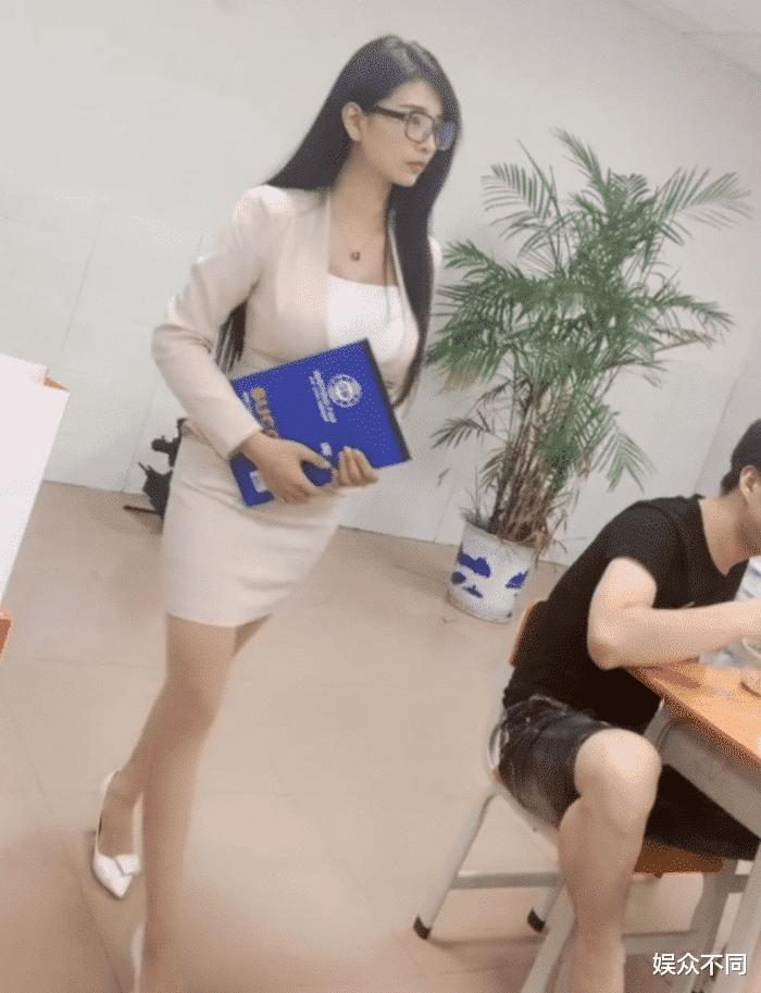 """""""最美教师""""神似邱淑贞,""""包浆身材""""来势汹汹,教室座无虚席"""