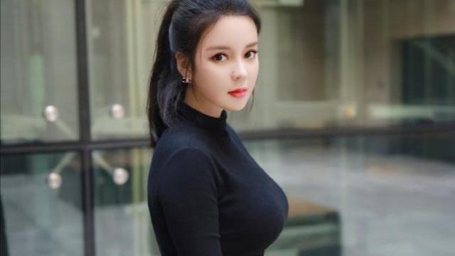 黑色紧身T恤衫配黑色喇叭裤,时尚又漂亮的黑色玫瑰