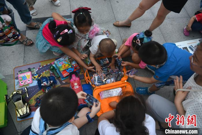 """成都一幼儿园组织小朋友商场门口开设""""儿童玩具跳蚤市场"""" 跳蚤市场 玩具 幼儿园 端游热点  第1张"""