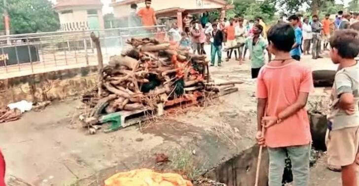 欢乐礼包_由于家庭负担不起火葬费,印度劳工在乡村路边火化