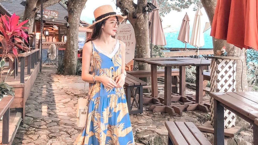 蓝色印花连衣裙搭配白色休闲鞋,宽松设计,尽显温文尔雅气质