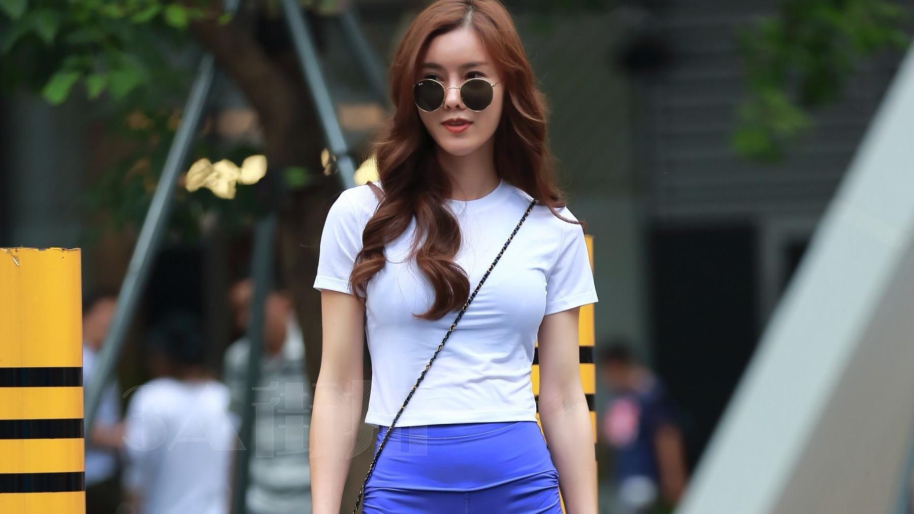 姐姐向往的年轻活力,T恤短裤,简单穿就可以了。