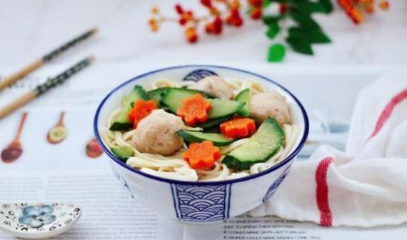 想要营养均衡的面?试试黄瓜墨鱼丸汤面,鲜香又美味