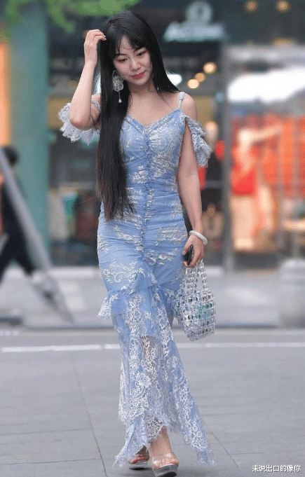 dnf男格斗加点_蓝色绣花吊带裙,时尚大气,尽显成熟魅力