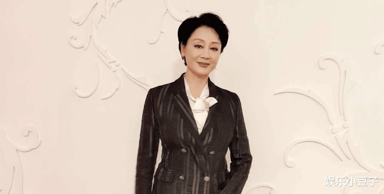 27岁儿子只有4岁智商,58岁王姬艰苦拍戏,女儿贡献10年薪酬!