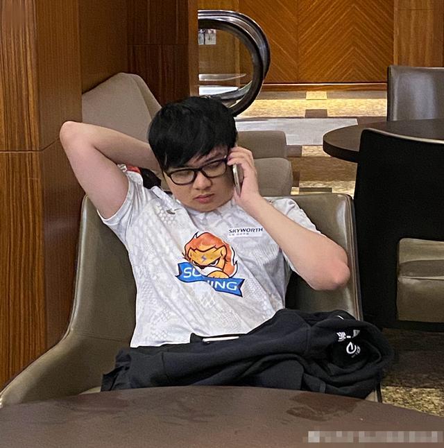 《【煜星娱乐公司】韦神带SOFM吃鸡接连成盒,网友看不下去,弹幕狂刷叫上UZI》