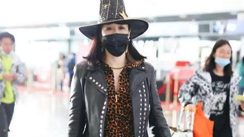 50岁钟丽缇现身上海机场,脚踩黑色厚底短靴,着装相当夸张亮眼