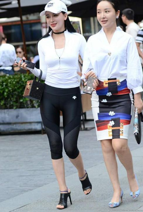 功夫派2_白色上装配五分瑜伽裤,美丽又时尚,尽显婀娜身姿