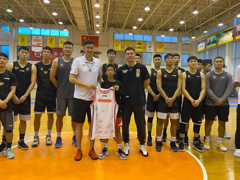 独臂篮球少年注册运动员,受邀参观广东队,淡泊看待网红实属难得