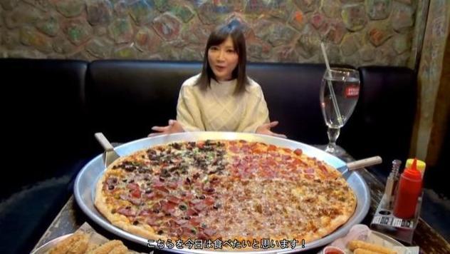 """大胃王挑战80斤""""披萨"""",桌上水杯却出卖了她,直接掉粉70万!"""