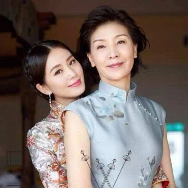 刘诗诗妈妈已经够美了?看到杨幂妈妈后,才知道啥叫小巫见大巫!