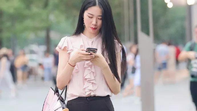 粉色休闲短袖搭配修身喇叭裤,温婉柔顺,淑丽姣好