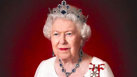 英女王加拿大官宣照曝光,蓝宝石套装雍容华贵,给炫富梅根一点颜色看看