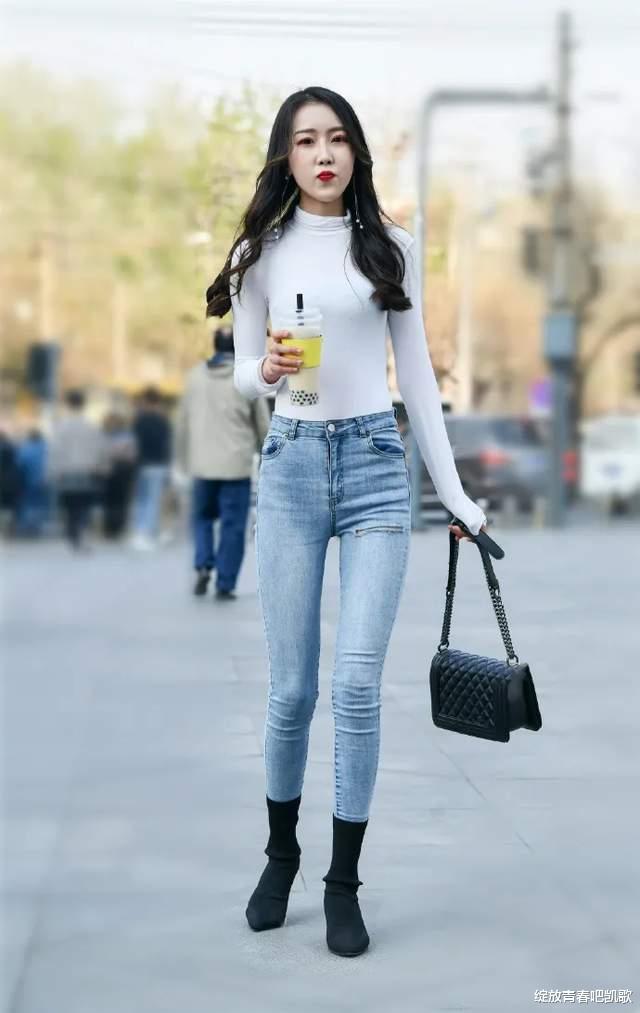 时尚白色中领T恤,搭配修身长牛仔裤,打造出洒脱靓丽的风格