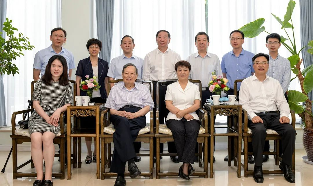 杨振宁晒出自己和翁帆的家,44岁翁帆陪夫公开亮相