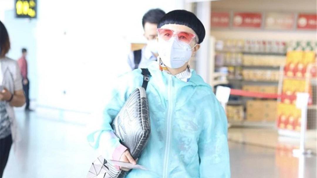 刘纯燕54岁不服老,脚踩毛绒凉鞋搭破洞短裤,抢眼造型赚足眼球