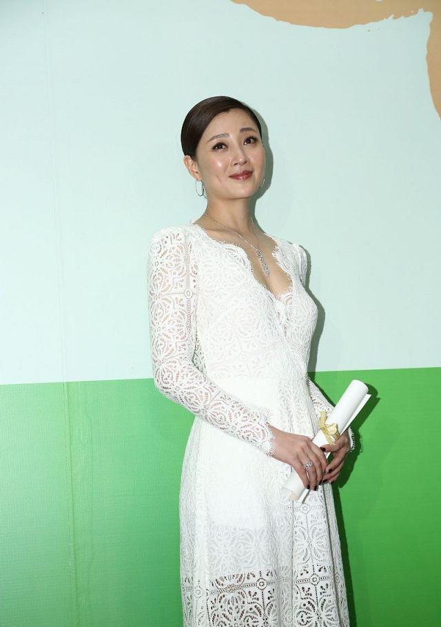 """41岁殷桃好会穿,白色蕾丝礼裙秀""""人鱼身材"""",魅力指数一百分"""