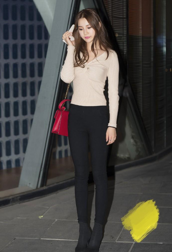 """超甜妹子的时尚穿搭,当紧身裤和靴子""""融为一体"""",会产生什么效果呢?"""
