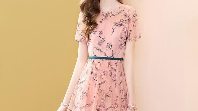"""喜欢的""""桑蚕丝裙"""",给她买了,穿上洋气超美嫩"""