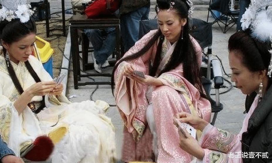明星片场休息,黄晓明抱着baby睡觉,鹿晗在玩水枪,而她却在抠脚