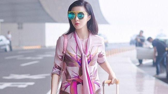 范冰冰过去真豪!纪梵希套装配LV迷你包,一身粉色穿搭高调走机场