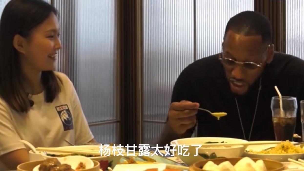"""悠闲假日!威姆斯品尝中国美食赞不绝口,幽默称吃掉了""""北京烤鸭"""""""