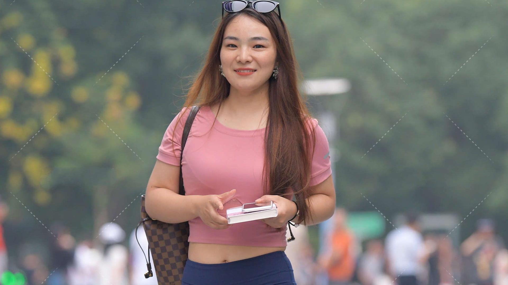 圆领豆沙粉上衣搭配运动休闲裤,淑女温婉,高级大方