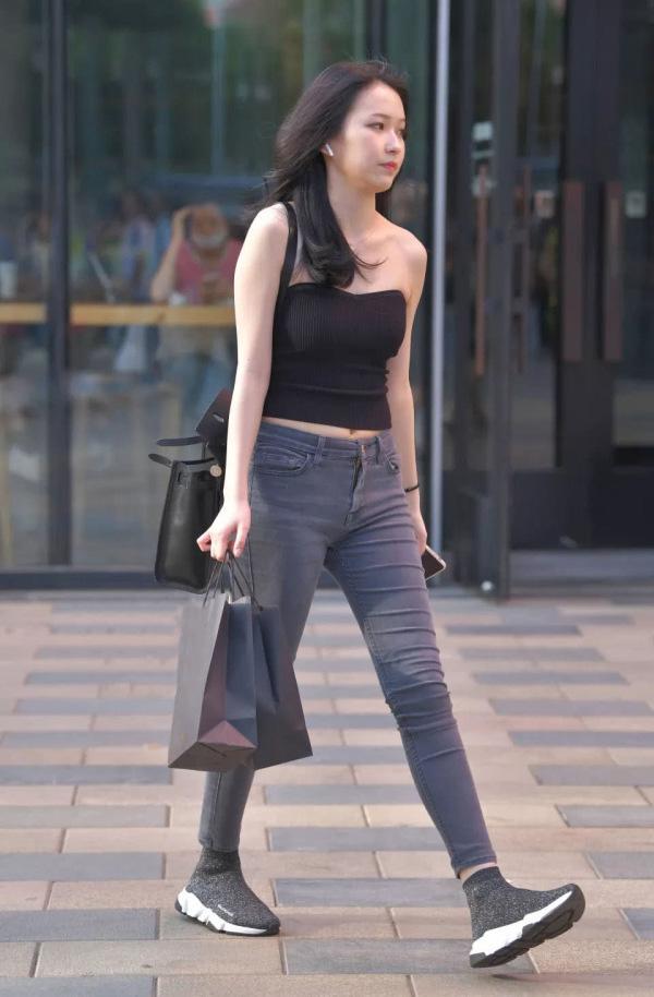 气质女生的牛仔裤穿搭,简约清爽又个性,彰显时尚品味 流行文化 时装搭配 牛仔裤 单机资讯  第3张
