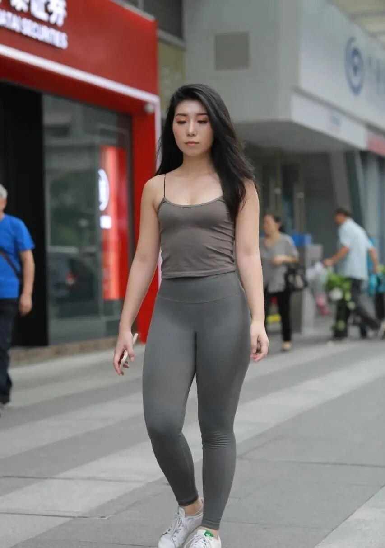"""面对""""胯大肩宽"""",打底裤表示无能为力,这么穿才更有女人味!"""