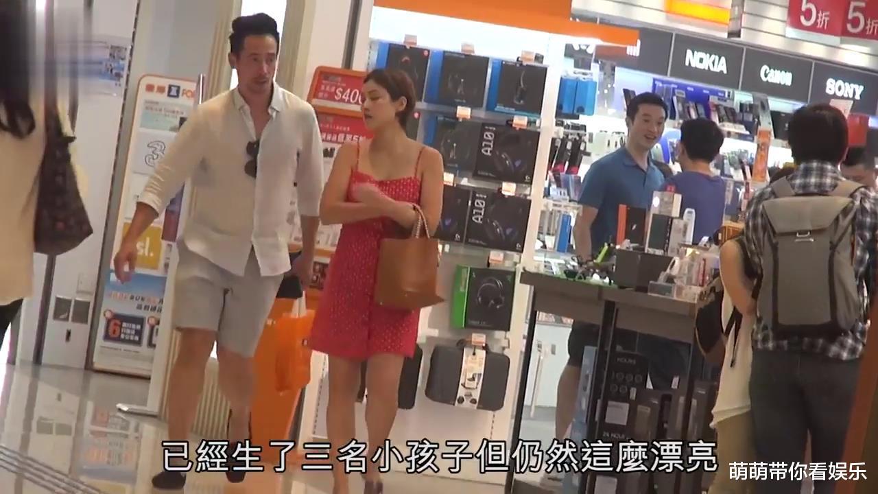 38岁陈茵媺吊带红裙和老公陈豪逛街,然而最佳老公也有对老婆不耐烦的时候