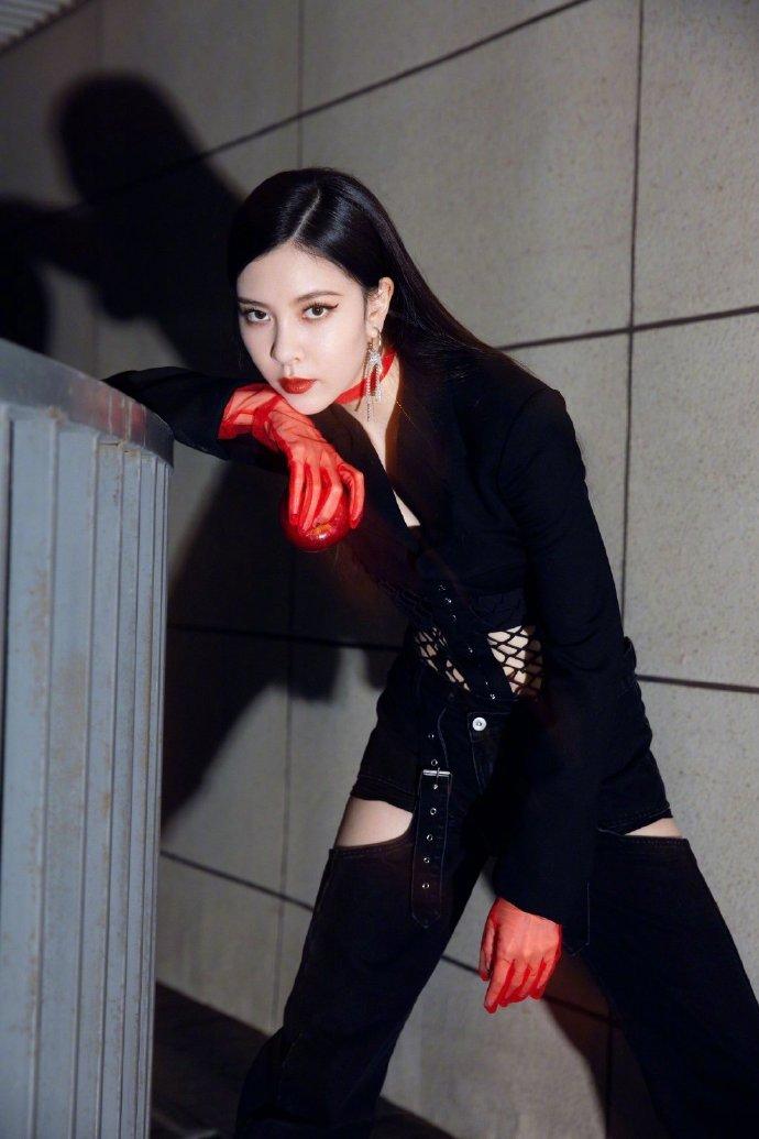 宋妍霏明星大侦探节目穿搭,暗黑女巫太