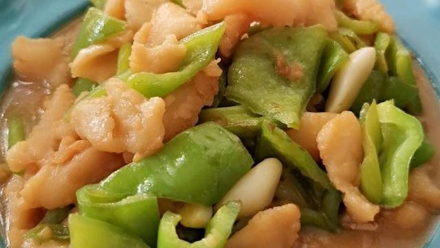 青椒炒这菜,顺滑软嫩,老人孩子都爱吃!补脑又补蛋白质,太下饭