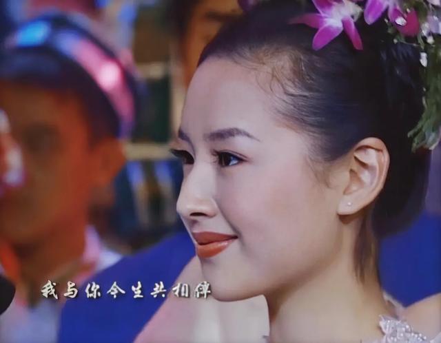 同一路人合照,刘亦菲突然窄了一号,热巴的脸有张天爱的一个半大