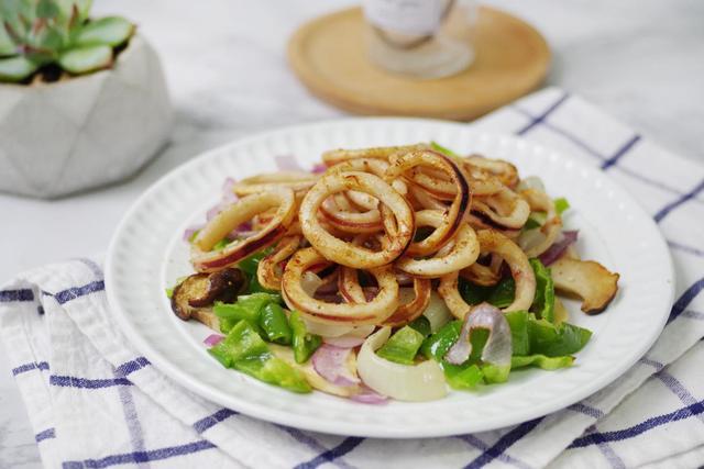 鱿鱼圈不炸不煎,换种更健康的烹饪方式,好吃不上火