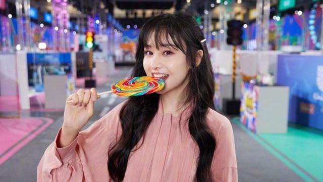 """""""超甜""""郑爽来袭!粉色连衣裙时尚加分,吃棒棒糖的样子太可爱了"""