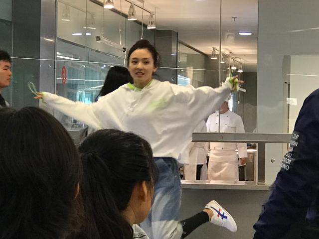 吴倩大学食堂被偶遇,看到生图下的样子,网友纷纷喊话张雨剑看紧点