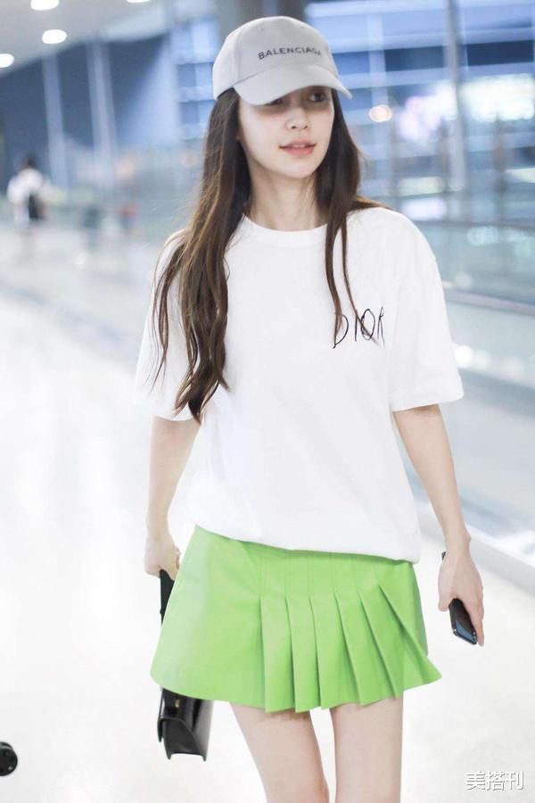 """杨颖最新机场造型,条纹衫配短裙少女腿绝了,不愧是""""生图杀手""""插图10"""