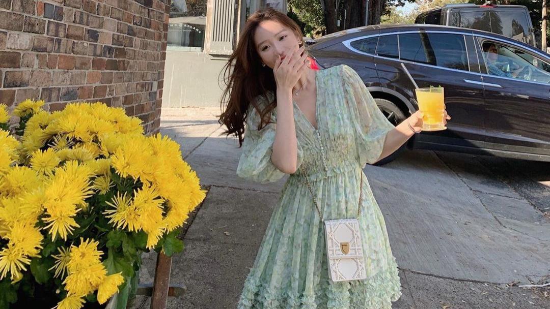 绿色V领连衣裙搭配白色小挎包,甜美清新,轻薄透气