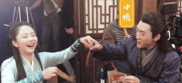 谭松韵将吃过的辣条分给韩栋,韩栋瞬间失去表情管理,被惊的不轻