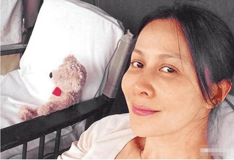 44岁赵薇素颜照遭曝光,全程烟不离手,笑起来像个大妈