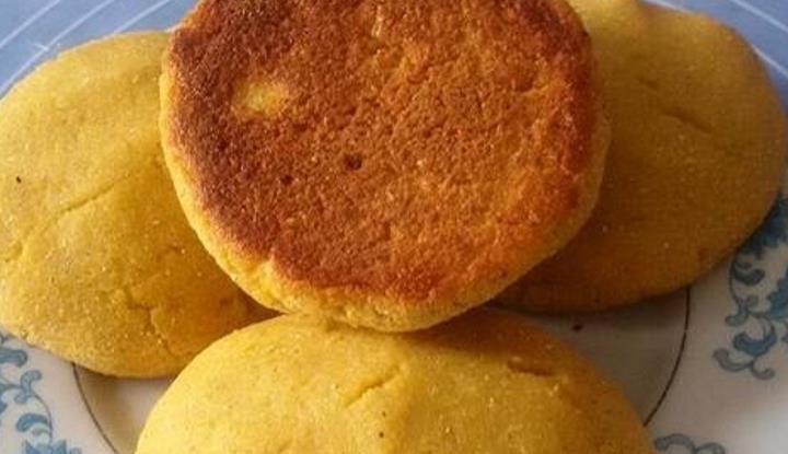 原来玉米面贴饼如此简单,上锅一烙,金黄酥脆,大人孩子都爱吃