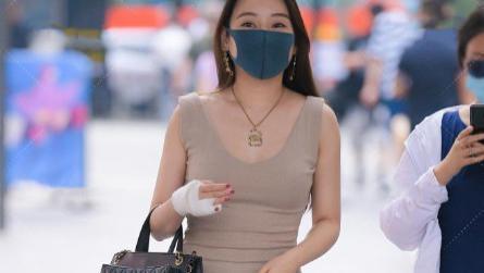 微胖的姑娘穿搭开叉无袖裙,金项链搭配黑包包不仅时髦还显高级感