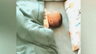 宝宝给妈妈留了午休位置,妈妈含泪掀开被子后却...网友:亲生的!