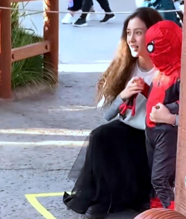 baby带儿子逛公园,小海绵扮蜘蛛侠超萌,