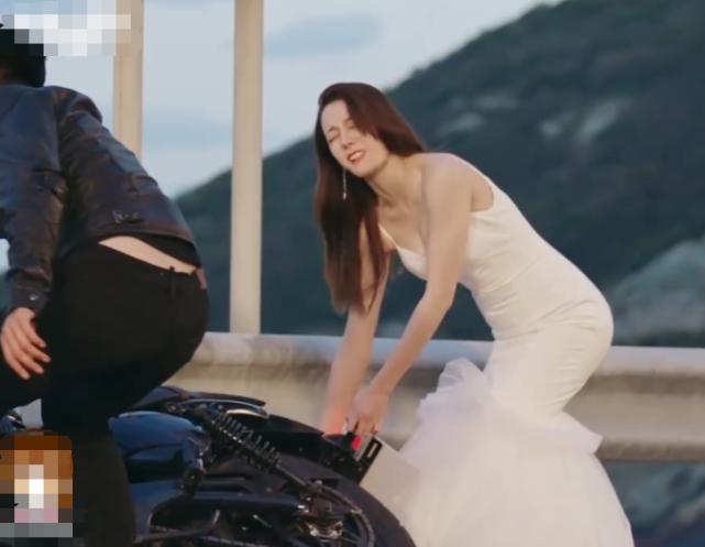 热巴帮忙扶车,却忘了穿的是婚纱,弯腰那刻,真以为自己没男粉?