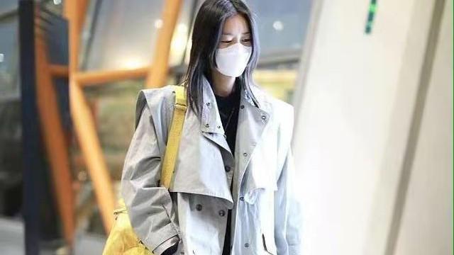 刘雯走机场又美又飒!高级灰风衣搭柠檬黄休闲大包,很洋气
