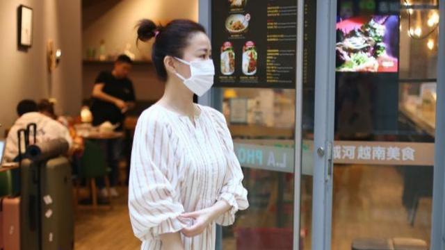 """佘诗曼比例挺好,穿长款连衣裙不显""""累赘"""",优雅气质真藏不住"""