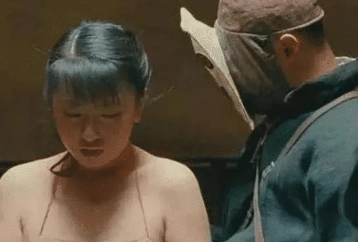 """女子第一次演戏""""肚兜""""被扯飞,导演也没想到,网友:画面难以忘怀"""