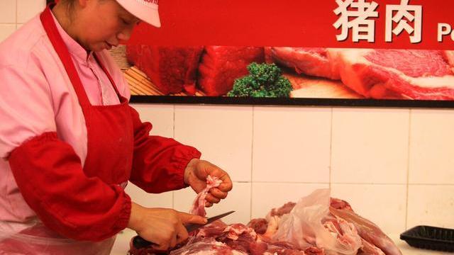 猪价再现全线大跌,为何猪肉还卖30元,背后的推手是谁?