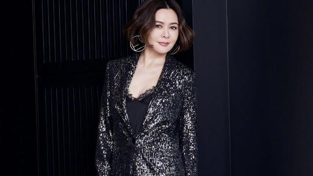 关之琳真敢穿,黑色大亮片套装格外耀眼,完全看不出57岁